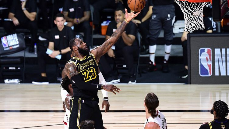 LeBron James et les Los Angeles Lakers ont de nouveau pris le dessus dans le match 2 des finales NBA contre Miami. (DOUGLAS P. DEFELICE / GETTY IMAGES NORTH AMERICA)