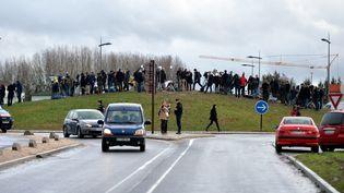 Des journalistes à Dammartin-en-Goële (Seine-et-Marne), le 9 janvier 2015. (DURSUN AYDEMIR / ANADOLU AGENCY / AFP)