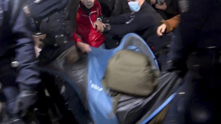La police a évacué lundi 23 novembre des migrants qui avaient installé leur tente place de la République à Paris. (GREG OZAN / AFPTV)