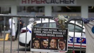 Une affiche en hommage aux victimes de l'attentat de l'Hyper Cacher, le 26 juin 2015 à Paris. (KENZO TRIBOUILLARD / AFP)