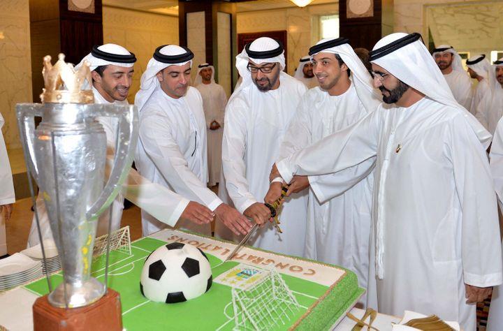 Le cheick Mansour ben Zayed Al Nahyane (deuxième en partant de la droite), propriétaire de Manchester City, célèbre le titre remporté par le club en 2014. (EMIRATES NEWS AGENCY/HANDOUT / MAXPPP)