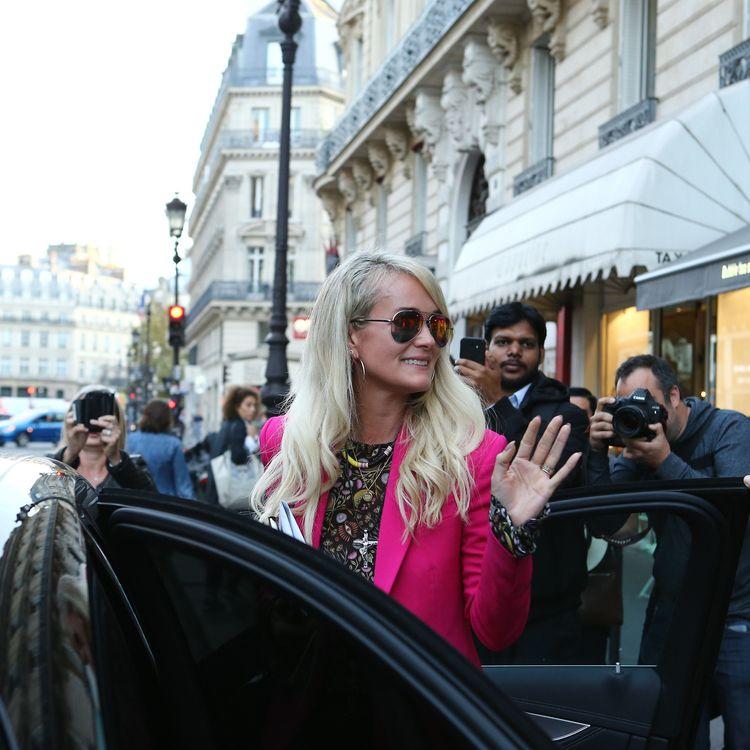Laeticia Hallyday, dans une rue parisienne, le 16 octobre 2018. (P LE FLOCH / SIPA)