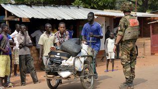 Quartier deGobango à Bangui (Centrafrique), le 26 décembre 2013 - Les militaires français observent la population qui fuient les lieux (MIGUEL MEDINA / AFP)