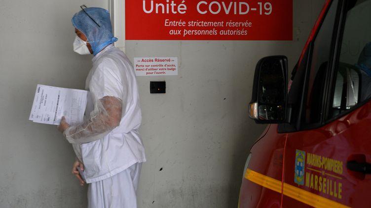Un infirmier aux portes de l'unité Covid-19, à l'hôpital de la Timone, à Marseille (Bouches-du-Rhône). (CHRISTOPHE SIMON / AFP)
