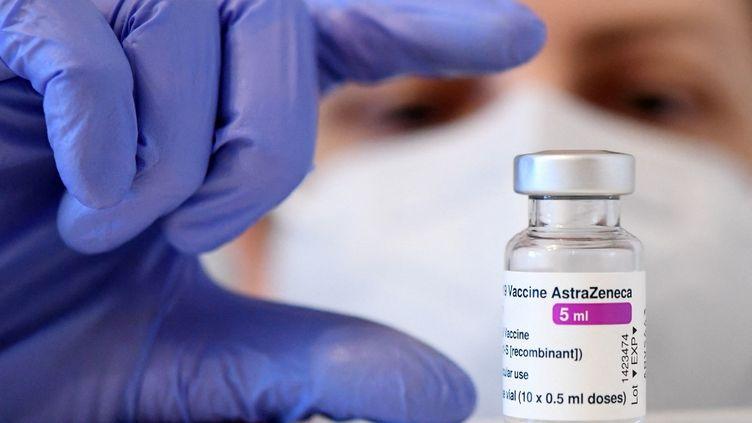 Une dose du vaccin d'AstraZeneca, le 18 mars 2021. (HELMUT FOHRINGER / APA-PICTUREDESK)