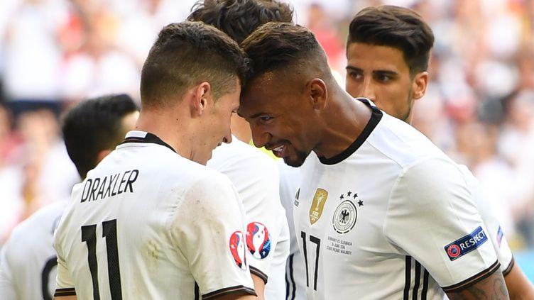 Les Allemands Draxler et Boateng se congratulent lors de la victoire de leur équipe contre la Slovaquie, le 26 juin 2016 à Lille (Nord). (ARNE DEDERT / DPA / AFP)