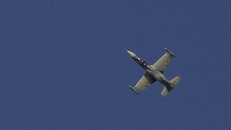 Un avion de combat syrien survole la région d'Alep (Syrie), le 1er septembre 2012. (YOUSSEF BOUDLAL / REUTERS)