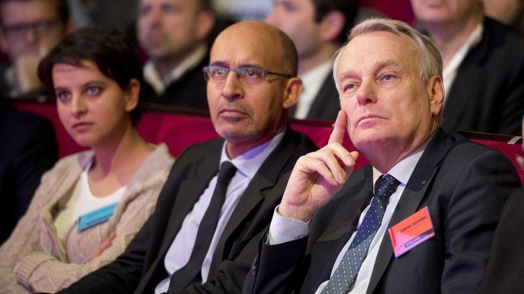 De g. à dr., la porte-parole du gouvernement, Najat Vallaud-Belkacem, le premier secrétaire du PS, Harlem Désir, et le Premier ministre, Jean-Marc Ayrault, lors d'un conseil national du PS, le 13 avril 2013, à Paris. (LCHAM / SIPA)