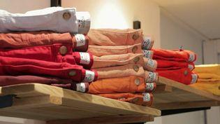 Les magasins fermés durant le confinement actuel, notamment ceux de vêtements, se retrouvent dans l'impossibilité de liquider des stocks qui s'entassent depuis un an. (France 2)