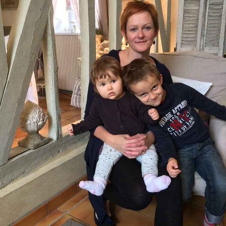 Nora Collet, son fils, Louis, et sa fille,Hannah, dans leur maison à Troissereux (Oise), le 16 septembre 2015. (CATHERINE FOURNIER / FRANCETV INFO)