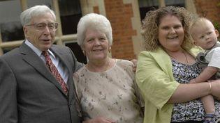 A gauche: Robert Edwards. Louise Brown est à droite avec son fils dans les bras. Sa mère se trouve au centre. (AFP / Bourn Hall)