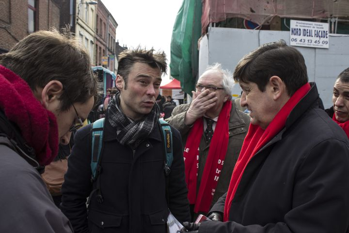 Patrick Kanner rencontre son adversaire Front de gauche pour les élections départementales, Hugo Vandamme, sur le marché de Wazemmes, à Lille (Nord), le 15 mars 2015. (MATHIEU DEHLINGER / FRANCETV INFO)