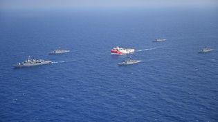 """Le navire turc """"Oruç Reis"""" est escorté par des bateaux militaires turcs en mer Méditerranée, le 10 août 2020. (MINISTRY OF NATIONAL DEFENSE / ANADOLU AGENCY / AFP)"""