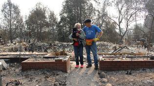 Carol et Fredric Berger,le 17 septembre 2020, devant les restes de leur habitation, détruite parl'incendie qui a dévasté la ville de Talent, dans l'Oregon. (ROBIN PRUDENT / FRANCEINFO)