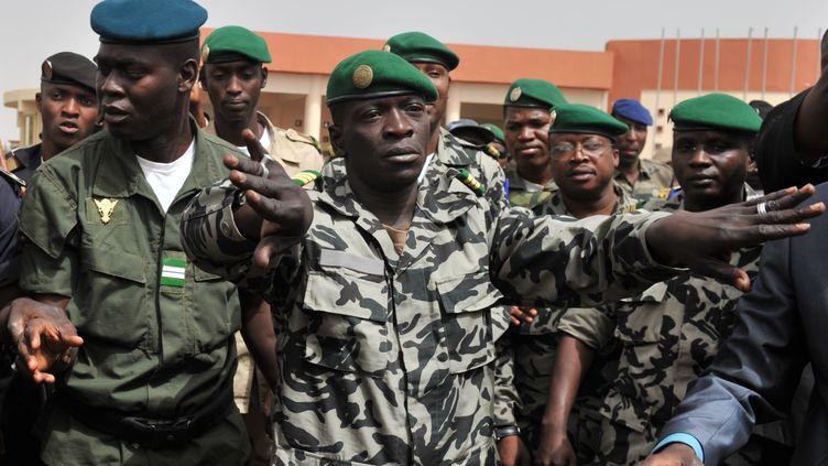 Le leader de la junte, Amadou Sanogo (au centre), à l'aéroport de Bamako(Mali), le 29 mars 2012. (ISSOUF SANOGO / AFP)
