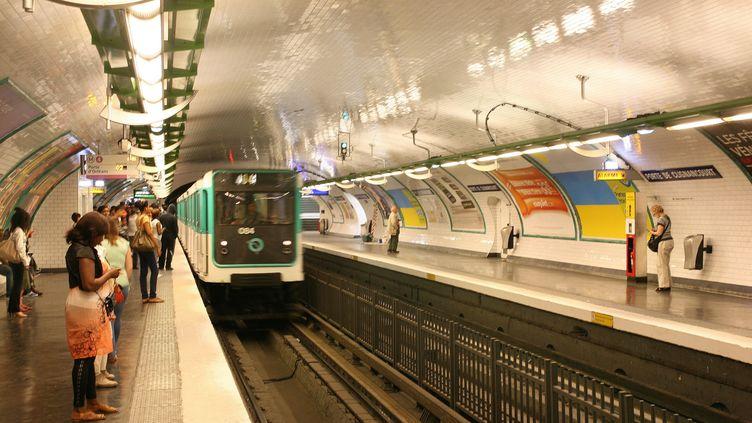 Sur un quai de la ligne 4 du métro parisien. (PHOTO12 / GILLES TARGAT / AFP)