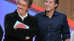 """Les animateurs Philippe Gildas (G) et Antoine de Caunes lors d'une édition spéciale du """"Grand Journal"""", le 4 novembre 2004 sur le plateau de Canal+, à l'occasion des vingt ans de la chaîne. (FRANCK FIFE / AFP)"""
