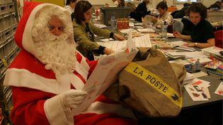 Le père Noël épluche les courriers qui lui sont adressés, le 26 novembre 2005. (MAXPPP)