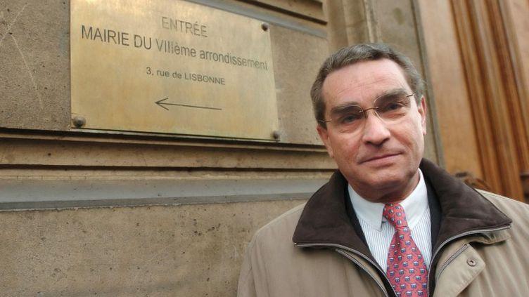 Le maire du 8e arrondissement, François Lebel, pose devant la mairie après avoir marié le président Nicolas Sarkozy et Carla Bruni, le 2 février 2008. (JEAN AYISSI / AFP)