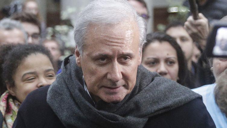 Le maire de Draveil (Essonne), Georges Tron, quitte la cour d'assises de Bobigny (Seine-Saint-Denisà, le 15 novembre 2018. (GEOFFROY VAN DER HASSELT / AFP)
