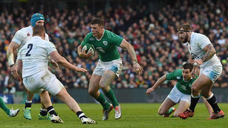 L'Irlandais Robbie Henshaw (centre), dimanche 1er mars 2015 lors du match contre l'Angleterre, à Dublin (Irlande). (PAUL ELLIS / AFP)