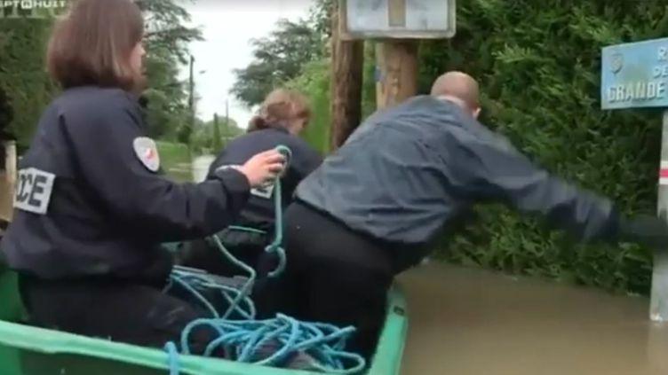 """Capture écran d'un reportage consacré aux inondations, lors de l'émission """"Sept à Huit"""", diffusée sur TF1 le5 juin 2016. (SEPT A HUIT)"""