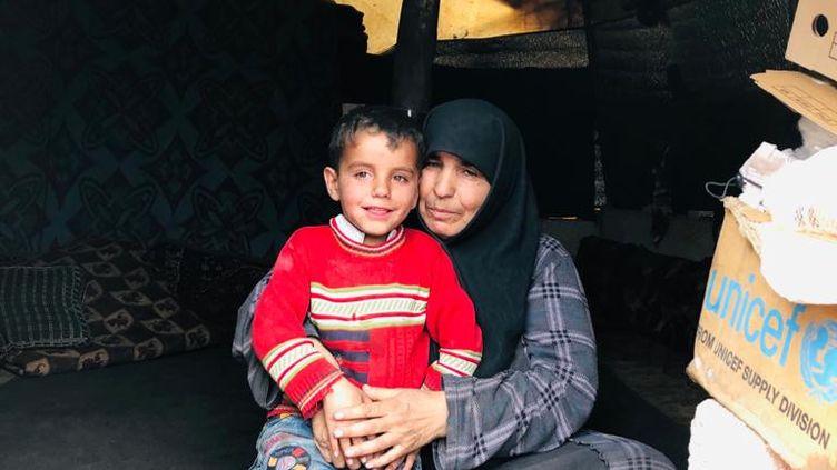 Entassés sous des tentes, des bâches, où l'humidité, le froid, le manque de nourriture sont la norme, des milliers de Syriens ont fui les bombardements à Idlib. (AURELIEN COLLY / RADIO FRANCE)