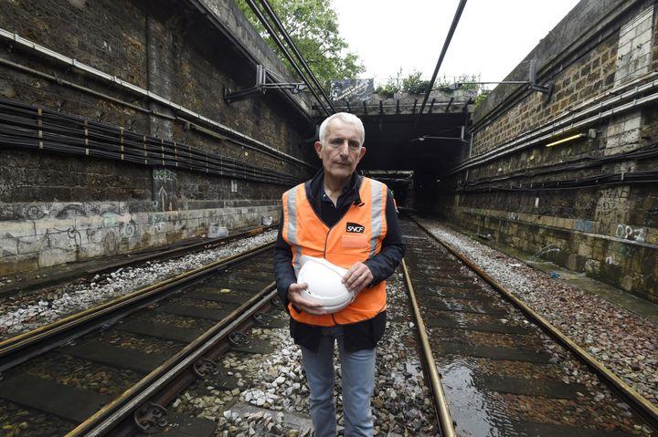 Guillaume Pepy sur les voies du RER C, en juin 2016, lors d'un épisode de crues à Paris. (DOMINIQUE FAGET / AFP)
