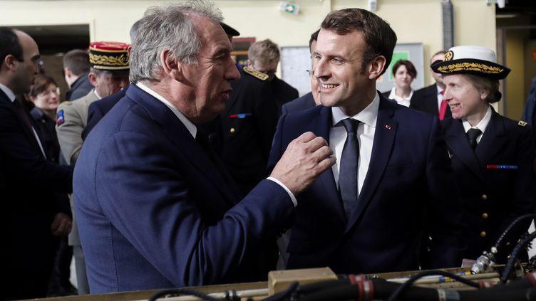 Le maire de Pau, François Bayrou (à gauche) et le président Emmanuel Macron (à droite) lors de la visite d'une entreprise près de Pau, le 14 janvier 2020 (photo d'illustration). (GUILLAUME HORCAJUELO / POOL)