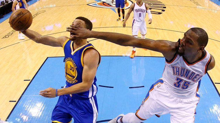 Stephen Curry (Golden State) sévèrement défendu par Kevin Durant (Oklahoma City) (RONALD MARTINEZ / GETTY IMAGES NORTH AMERICA)