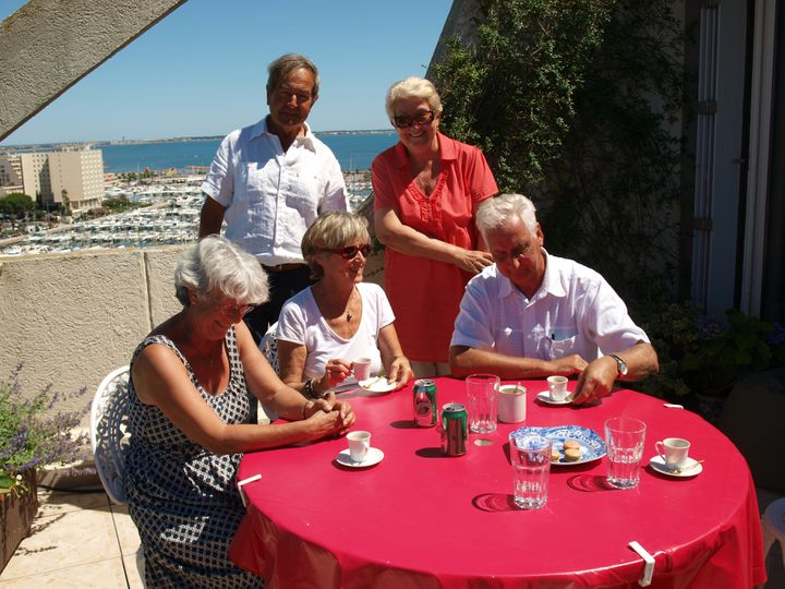 De gauche à droite : Florence, Georges, Annick, Gisèle et Patrice, résidents permanents à La Grande-Motte et fervents défenseurs de la ville. (ARIANE NICOLAS / FTVI)