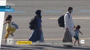 Cette photo de réfugiés afghans a été trafiquée. Des armes ont été rajoutées dans le dos des parents et elle a fini par être supprimée des réseaux sociaux (FRANCEINFO)
