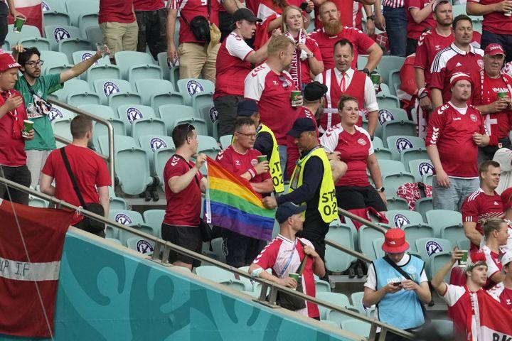 Un steward confisque un drapeau arc-en-ciel à un supporter danois lors du quart de finale entre la République tchèque et le Danemark, samedi 3 juillet 2021. (DARKO VOJINOVIC / POOL)
