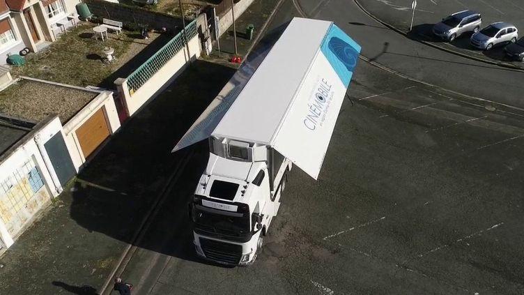 Dans le Centre-Val de Loire, 60 000 spectateurs ont déjà été conquis par l'expérience du cinéma ambulant, un camion qui déplace de ville en ville et se transforme en salle de projection. (FRANCE 2)