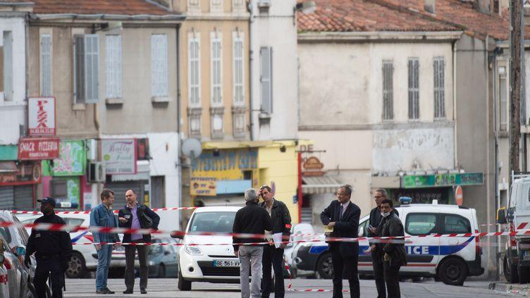 La police enquête près de l'épicerie où deux hommes sont morts le 26 avril 2015, à Marseille (Bouches-du-Rhône). (BERTRAND LANGLOIS / AFP)