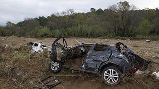 Une voiture abîmée le 28 novembre 2014 àLa Londe-les-Maures (Var). (BERTRAND LANGLOIS / AFP)