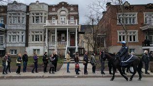 Les Français expatriés à Montréal ont fait la queue pendant plusieurs heures pour aller voter au premier tour de l'élection présidentielle, le 22avril 2017. (FRANCOIS ZELLER)