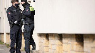 Des policiers à Vienne (Autriche), le 6 novembre 2020, après l'attaque terroriste qui a eu lieu en plein coeur de la capitale. (FRISO GENTSCH / DPA / AFP)