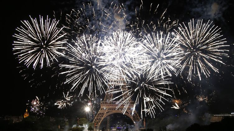 Un feu d'artifice tiré devant la tour Eiffel, à Paris, le 14 juillet 2019. (MUSTAFA YALCIN / ANADOLU AGENCY / AFP)
