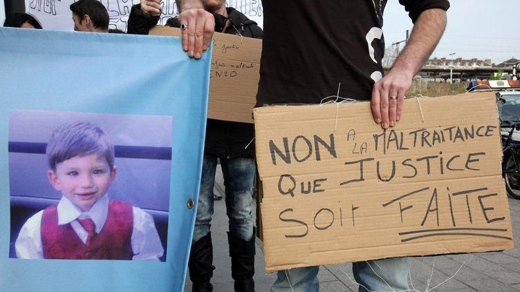 Une marche a été organisée, le 16 mars 2011 à Melun (Seine-et-Marne), en hommage à Enzo, mort à l'âge de 2 ans sous les coups du compagnon de sa mère. (ARNAUD JOURNOIS / MAXPPP)