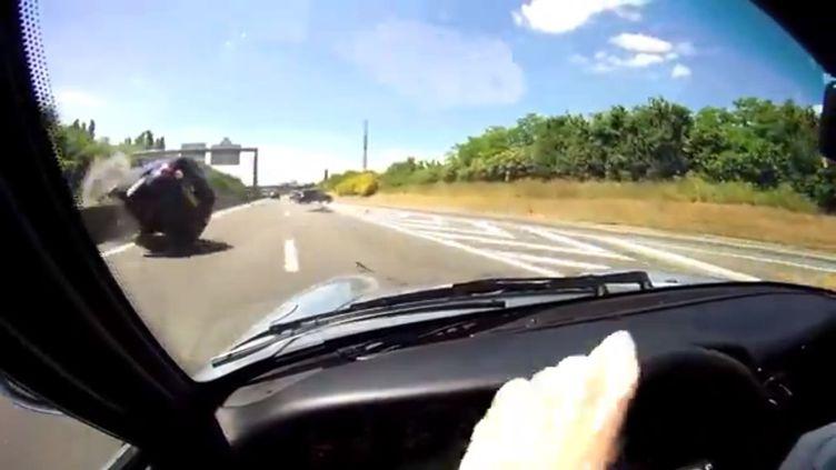 Capture d'écran d'une vidéo YouTube montrant un accident sur une autoroute, filmé par un automobiliste conduisant une Porsche. (YOUTUBE / FRANCETV INFO)