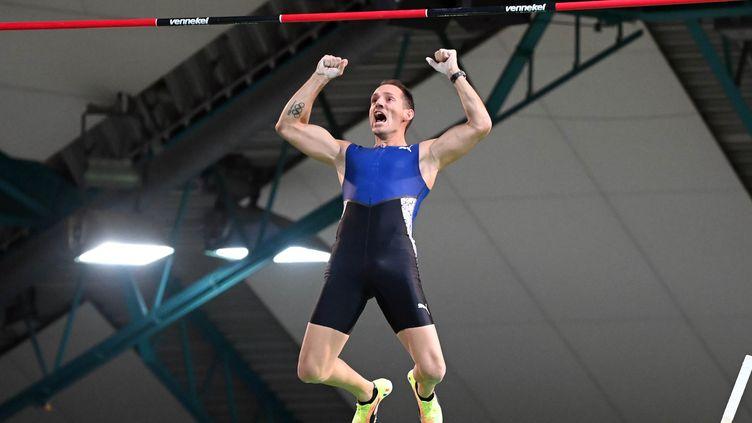 Le perchiste français Renaud Lavillenie franchit 5,95m lors du meeting de Karlsruhe, le 29 janvier 2021, deux jours avant d'aller encore plus haut, à Tourcoing. (ULI DECK / DPA-POOL)