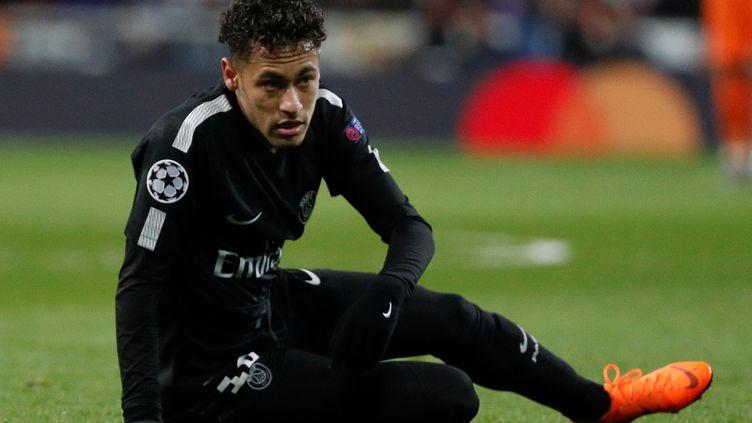 Neymar est à terre lors du match entre le Real Madrid et le PSG, le 14 février 2018, à Madrid (Espagne). (PAUL HANNA / REUTERS)
