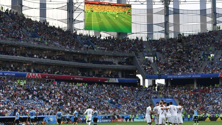 Les Bleus fêtent leur deuxième but face à l'Uruguay, le 6 juillet 2018 à Nijni Novgorod (Russie). (KIRILL KUDRYAVTSEV / AFP)
