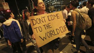 """""""Ne venez pas à la Coupe du monde"""", peut-on lire sur cette pancarte brandie à Sao Paulo, le 17 juin 2013. (NACHO DOCE / REUTERS)"""