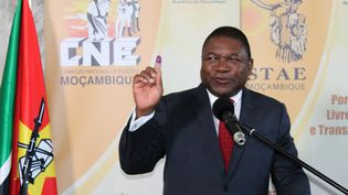 Le président du Mozambique, Filipe Nyusi, ici lors d'une journée d'élection, à Maputo le 10 octobre 2018. Il a fait appel à son armée et à des sociétés de sécurité privées. En vain. Les jihadistes renforcent leurs positions dans le nord du pays. (ROBERTO MATCHISSA / AFP)