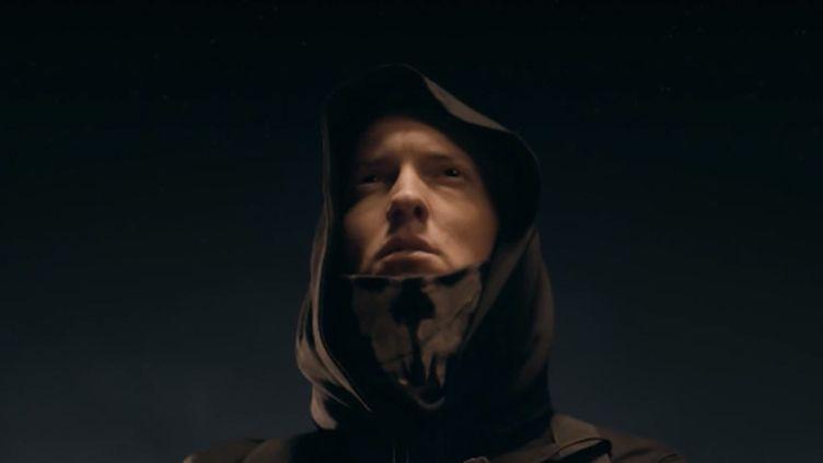 Eminem dans le clip de Survival.  (Saisie écran)