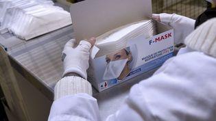 Une employée de la société Prism met en boîte des masques FFP2, le 12 avril 2021 à Frontignan (Hérault). (GUILLAUME BONNEFONT / MAXPPP)