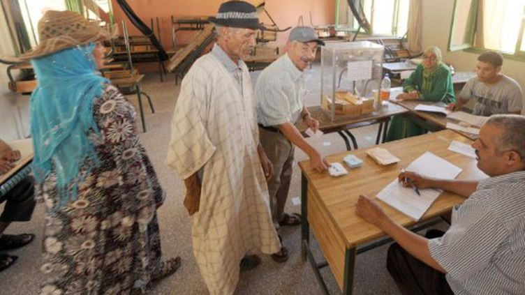 Dans un bureau de vote à Khemisset, à 80 km à l'est de Rabat, capitale du Maroc, le 1er juillet 2011 (AFP - ABDELHAK SENNA)