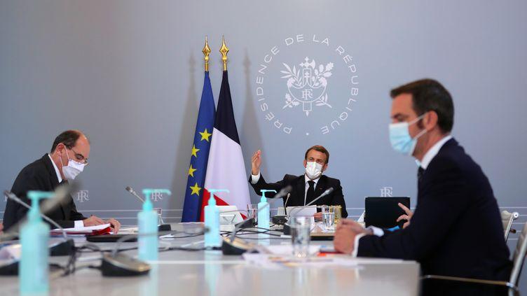 Le président français, Emmanuel Macron, le Premier ministre Jean Castex et le ministre de la Santé, Olivier Véran, lors d'un conseil de défense dédié à la lutte contre l'épidémie de Covid-19, le 12 novembre 2020. (THIBAULT CAMUS / POOL / AFP)